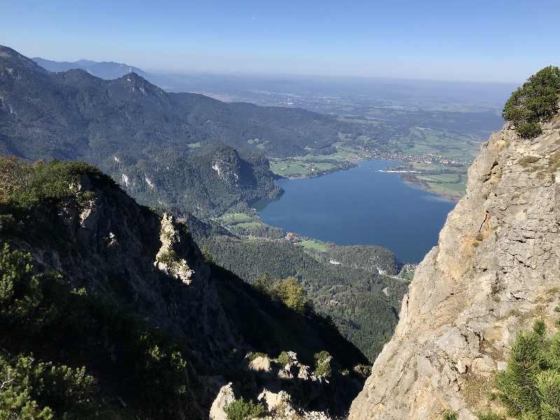 Jochberg Wanderung - der Blick auf den Kochelsee beim Aufstieg zum Gipfel