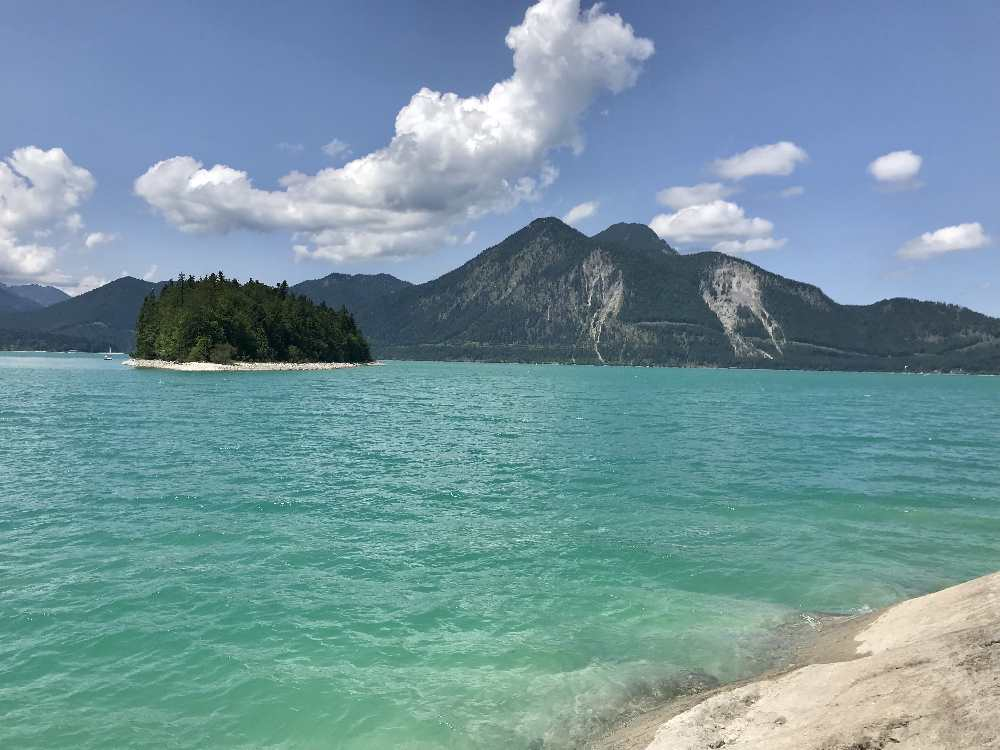 Der Walchensee Rundweg mit der Insel Sassau