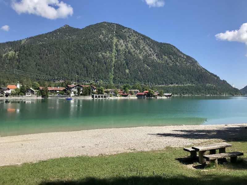 So schön liegt der Ort Walchensee. Das ist der Blick von der Halbinsel Zwergern, hinten der Herzogstand.
