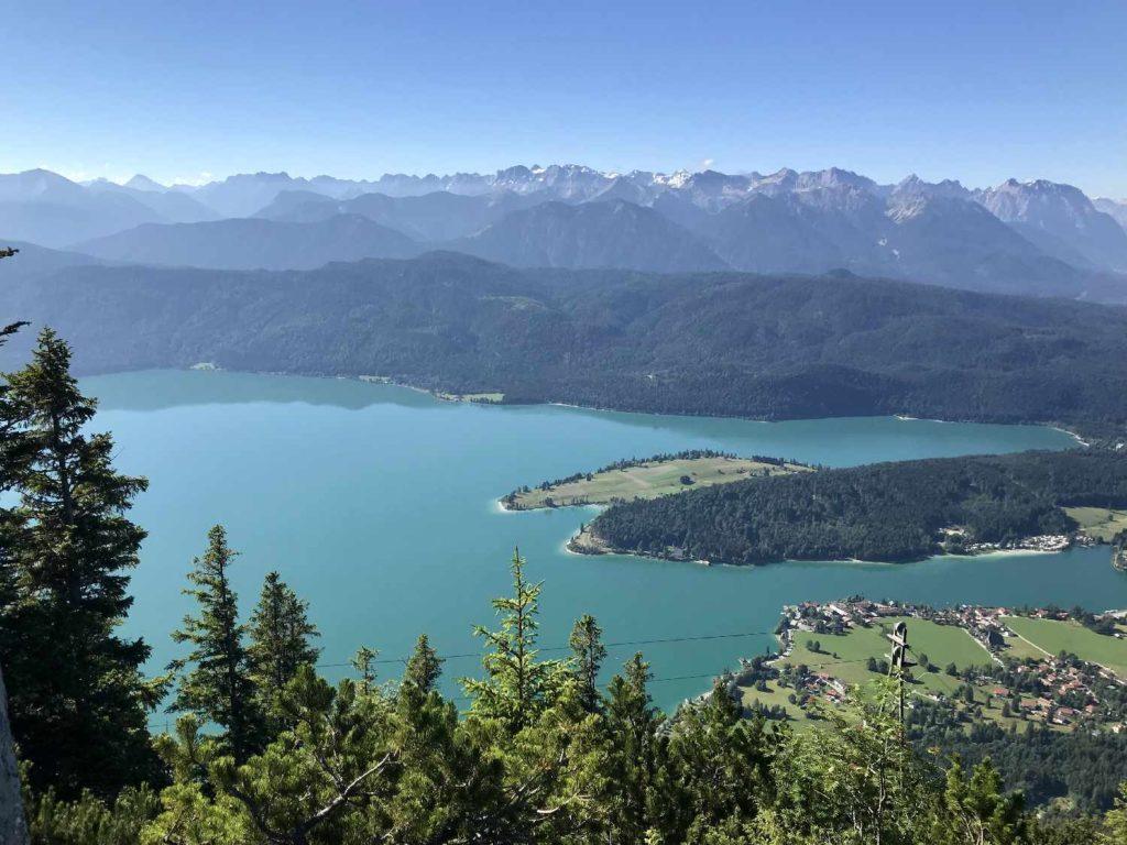 Ausblick vom Herzogstand: Der bekannteste Blick über Walchensee, Halbinsel Zwergern und das Karwendel
