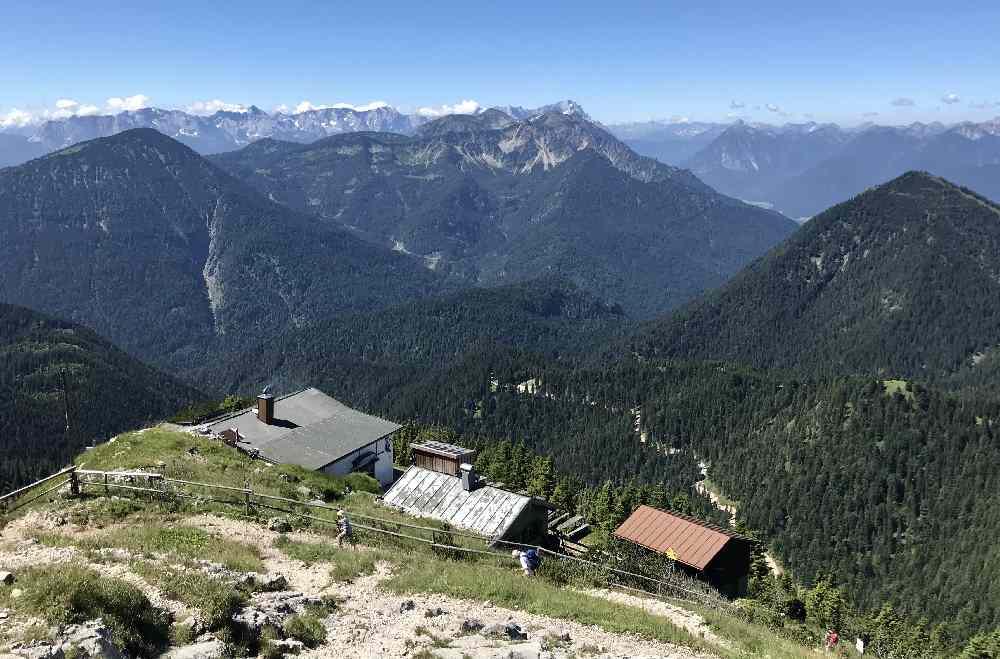 Das ist die Heimgarten Hütte - am Horizont die Zugspitze