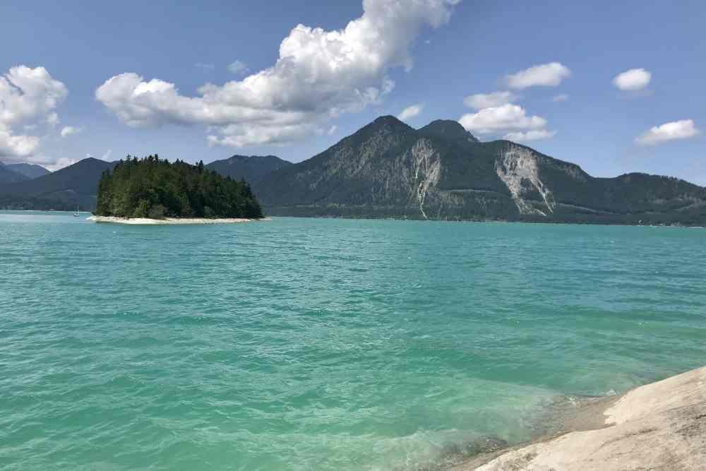 Walchensee baden - zwischen Niedernach und Sachenbach mit Blick auf die Insel Sassau