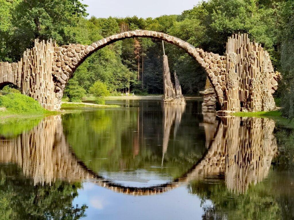 die schönsten Orte in Deutschland - die Rakotzbrücke mit der märchenhaften Spiegelung im Rakotzsee