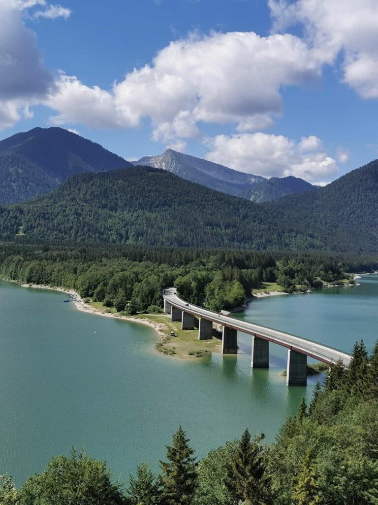 die schönsten Orte in Deutschland - Blick auf die Faller Klamm Brücke im Sylvensteinsee